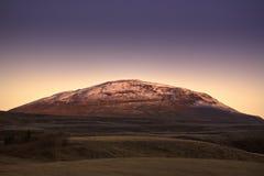 Montaña islandesa en el amanecer. Imagen de archivo