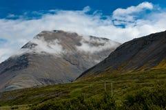 Montaña islandesa en las nubes Fotos de archivo libres de regalías