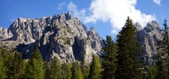Montaña italiana hermosa de las montañas en verano con el cielo y las nubes Fotos de archivo libres de regalías