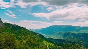 Montaña Komovi en Montenegro La niebla está cayendo en la montaña mientras que va el sol abajo almacen de metraje de vídeo
