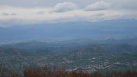 Montaña Komovi en Montenegro La niebla está cayendo en la montaña mientras que va el sol abajo metrajes