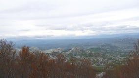 Montaña Komovi en Montenegro La niebla está cayendo en la montaña mientras que va el sol abajo almacen de video
