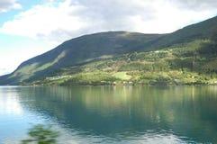 Montaña, lago y sol Imagen de archivo