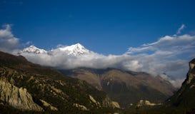 Montaña máxima de la nieve en nube Fotos de archivo