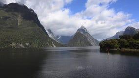 Montaña máxima del inglete en Milford Sound, Nueva Zelanda almacen de video