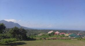 Montaña, mar y nubes en el pueblo imagen de archivo libre de regalías
