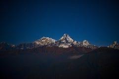 Montaña maravillosa de la nieve con la estrella Imagen de archivo