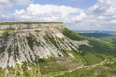 Montaña, montón con el top fortificado y extenso, perfectamente plano cubierto con la vegetación fotos de archivo libres de regalías