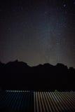 Montaña negra con las estrellas y la vía láctea completas Foto de archivo libre de regalías