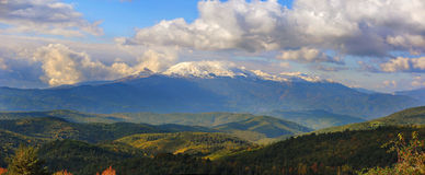 Montaña nevada Fotos de archivo libres de regalías