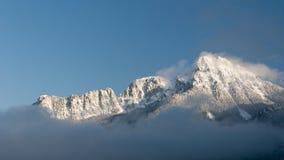 Montaña nevosa majestuosa en invierno Imágenes de archivo libres de regalías