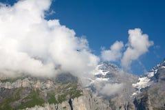 Montaña, nubes inferiores y vuelo del pájaro Imagenes de archivo