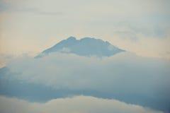 Montaña nublada imagenes de archivo