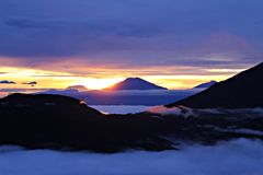 Montaña nublada con la salida del sol, naturaleza Foto de archivo