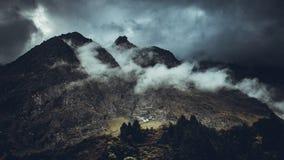 Montaña oscura rodeada por el cielo fotos de archivo libres de regalías