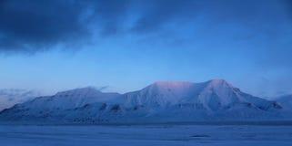Montaña por el fiordo, Svalbard Foto de archivo libre de regalías