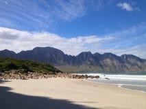 Montaña por el mar Foto de archivo libre de regalías