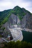 Montaña, presa y lago Imagenes de archivo
