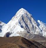 Montaña Pumori en Nepal Imagenes de archivo