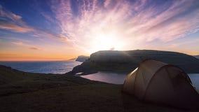 Montaña que acampa al aire libre fotos de archivo
