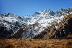 Montaña que camina el canal de la trayectoria el macizo de Monte Rosa Piedmont, Italia imagenes de archivo