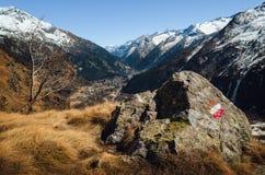 Montaña que camina el canal de la trayectoria el macizo de Monte Rosa Piedmont, Italia foto de archivo libre de regalías