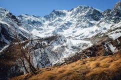 Montaña que camina el canal de la trayectoria el macizo de Monte Rosa Piedmont, Italia fotos de archivo