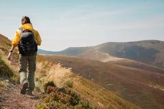 Montaña que camina el turismo Día de verano del caminante de la mujer en un hermoso Fotografía de archivo libre de regalías