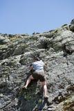 Montaña que sube del hombre fuerte Foto de archivo libre de regalías