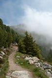 Montaña que va de excursión en niebla Fotografía de archivo libre de regalías