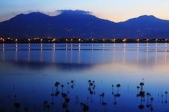 Montaña, río, y azul Imagen de archivo libre de regalías