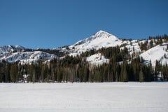 Montaña Ridge Above Snow Covered Lake Foto de archivo libre de regalías