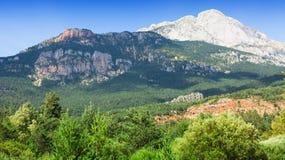 Montaña rocosa blanca en los Pirineos, España Imagen de archivo libre de regalías