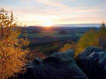 Montaña rocosa con la visión en la igualación del valle otoñal Foto de archivo libre de regalías