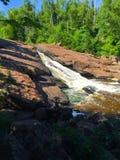 Montaña rocosa del río que fluye abajo Foto de archivo