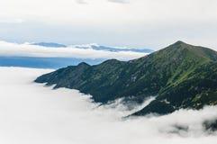 Montaña rodeada por las nubes Imágenes de archivo libres de regalías