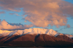 Montaña roja en la puesta del sol. Imagen de archivo libre de regalías