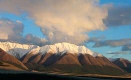 Montaña roja en la puesta del sol. Fotografía de archivo libre de regalías