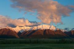 Montaña roja en la puesta del sol. Imagenes de archivo