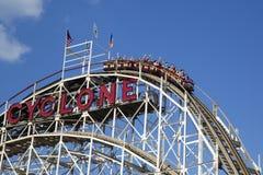 Montaña rusa del ciclón de la señal histórica en la sección de Coney Island de Brooklyn Imagenes de archivo