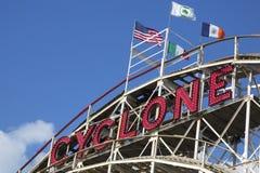 Montaña rusa del ciclón de la señal histórica en la sección de Coney Island de Brooklyn Imagen de archivo