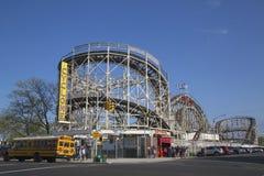 Montaña rusa del ciclón de la señal histórica en la sección de Coney Island de Brooklyn Foto de archivo libre de regalías