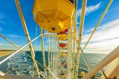 Montaña rusa y Ferris Wheel en el parque pacífico en el embarcadero Imágenes de archivo libres de regalías