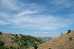 Montaña seca con el fondo del cielo azul Imagen de archivo