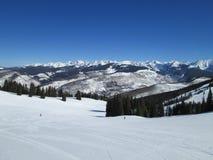 Montaña Ski Path In Winter de Vail Imagenes de archivo