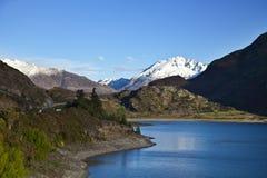 Montaña sobre el lago Imagenes de archivo