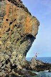 Montaña sobre el mar imagenes de archivo
