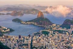 Montaña Sugarloaf y Botafogo en Rio de Janeiro en la puesta del sol imagen de archivo libre de regalías