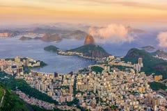 Montaña Sugarloaf y Botafogo en Rio de Janeiro en la puesta del sol imagen de archivo