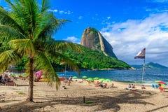 Montaña Sugarloaf y playa roja en Rio de Janeiro foto de archivo libre de regalías